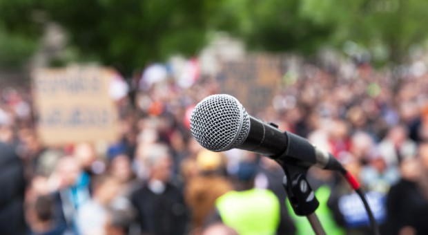Protestujący w Warszawie sadownicy złożyli petycję w kancelarii premiera