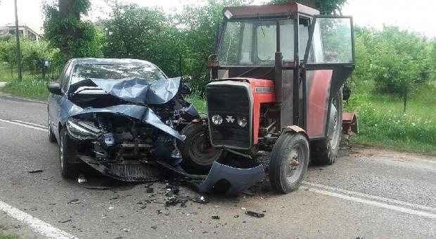 Czołowe zderzenie samochodu z ciągnikiem. Zginął kierowca auta