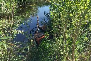 Pod leżącym w bajorze traktorem znaleziono ciało kierowcy.