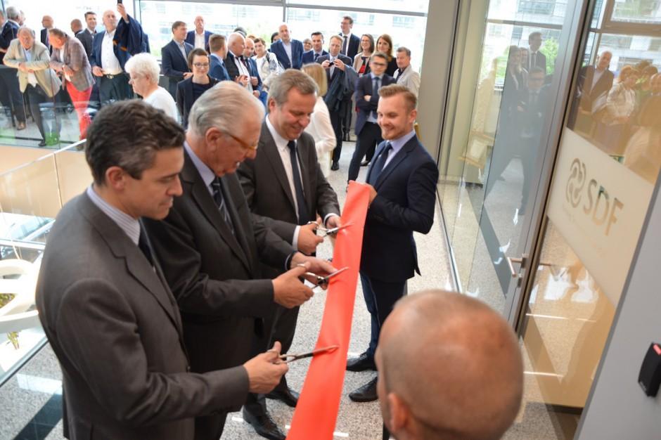 Na otwarciu nowej siedziby SDF Polska wstęgę przecinali: Vittorio Carozza, Francesco Carozza i Robert Brzozowski