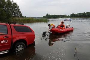Martwy dzik wyłowiony z jeziora w Wielkopolsce
