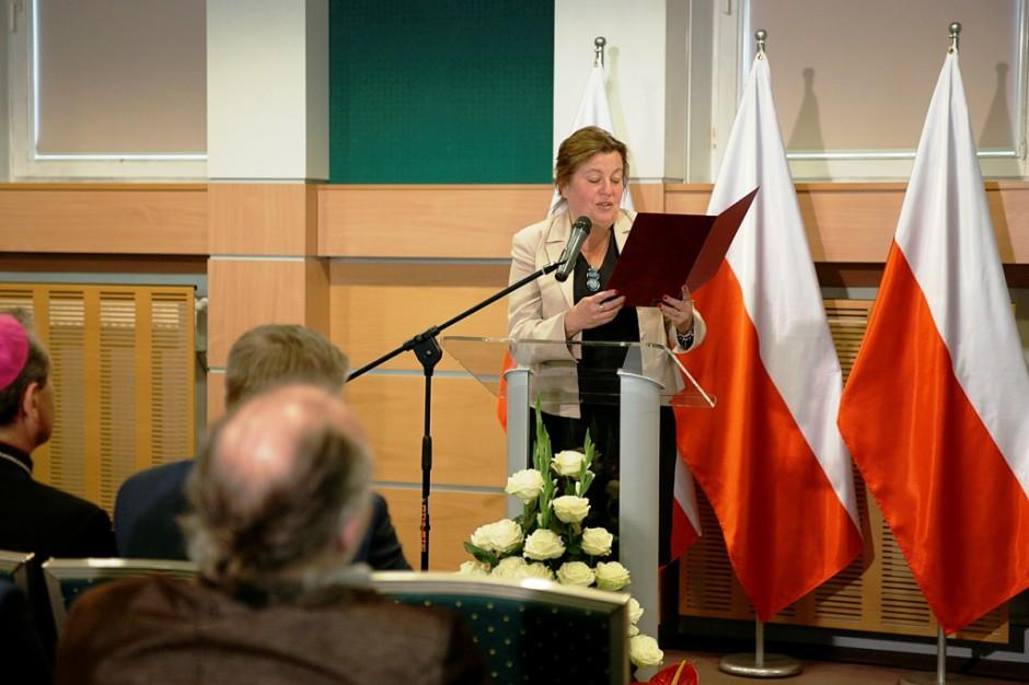Dyrektor generalna MRiRW odczytuje list od premiera Morawieckiego