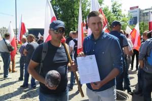 W trakcie manifestacji rolnicy rozdają ulotki i mówią jak wyglądały dwumiesięczne rozmowy z ministerstwem rolnictwa. Chcą uświadomić społeczeństwu, że polskie warzywa są wypierane przez importowane do Polski produkty, nie tylko te z krajów UE ale też spoza Wspólnoty. Do tego ich jakość wielokrotnie jest wątpliwa, fot. I. Dyba