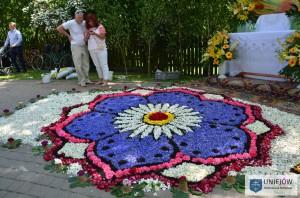 Obok obrazów religijnych na spycimierskich kobiercach znaleźć można również motywy kwiatowe.