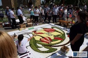 W trudniej i ulotnej sztuce tworzenia kwiatowych dywanów spycimiarze doskonalą sie od kilku pokoleń.