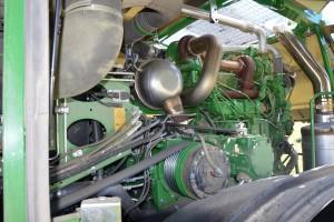 Maszynę napędza 6-cylindrowa jednostka John Deere o mocy maksymalnej 585 KM