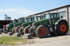 Seria ciągników pracujących w odwiedzonym gospodarstwie; Fot. Katarzyna Szulc