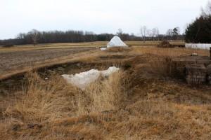 Wykop robiony pod zbiornik na gnojowicę to dziś jedyne świadectwo rozpoczęcia budowy