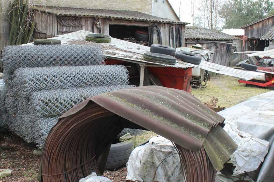 Na podwórzu i działce niszczeją materiały budowlane, Zdjęcia: G. Tomczyk