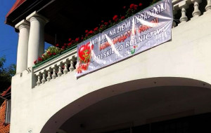 Nad wejściem do gmachu ODR w Kościerzynie rolnicy rozwiesili baner z hasłem: