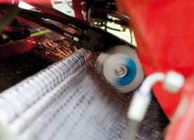 Rotorowe przyczepy samozbierające firmy Pöttinger mogą być wyposażone w system AutoCut, który ostrzy noże jeden po drugim