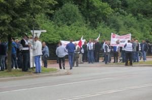 Rolnicy z pow. parczewskiego protestujący przed bramą PIWet-PIB w Puławach