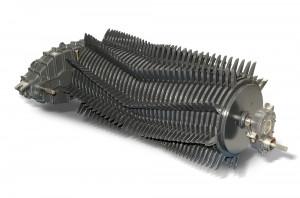 W większości przyczep rotorowych mamy do czynienia z rotorami spiralnymi (a). Wyjątkiem są przyczepy Vicon/Kverneland, w których rzędy zębów ustawione są w linii prostej lub na kształt litery V (b)