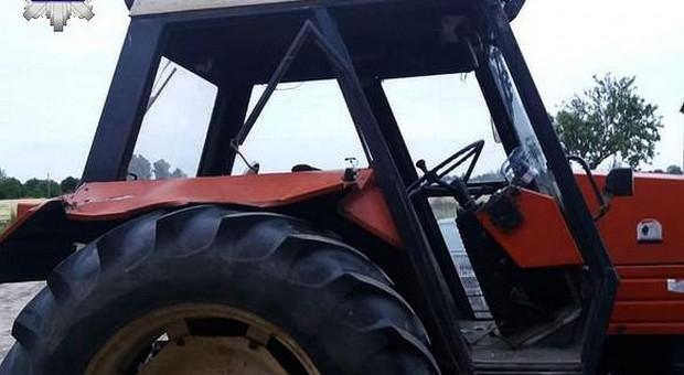 Traktorem w drzewo. Zginął osiemnastoletni pasażer
