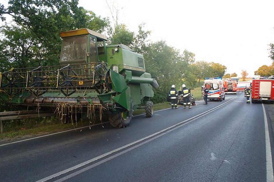 Samochód uderzył w tył kombajnu. Rolnik nie ucierpiał.
