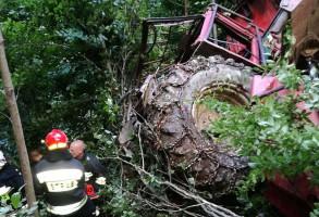 Traktor przekoziołkował i zatrzymał się na drzewie