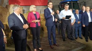 Ardanowski towarzyszył premierowi Mateuszowi Morawieckiemu podczas spotkania z rolnikami w gospodarstwie Anny i Jacka Szarszewskich; Zdjęcia: facebook.com/MRiRW