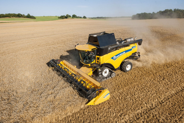 Z hederem do 12,5 m - kombajn New Holland CX 8.90