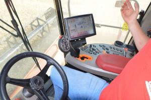 Najbogatsza wersją układu AFS Harvest Command w pełni automatyzuje proces zbioru powodując, że zadania operatora ogranicza się właściwie do kontroli pracy maszyny