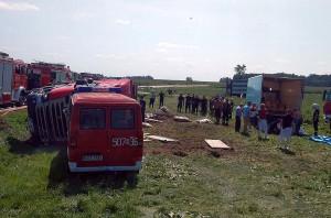 Przy usuwaniu skutków wypadku pracowało kilkanaście zastępów strażackich. Foto: OSP Stary Laskowiec