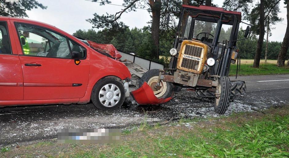 Zderzenie auta z ciągnikiem, ranni kierowcy