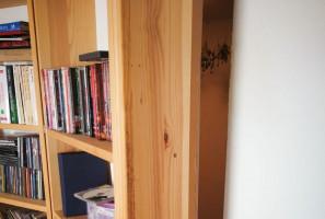 Suszarnia nielegalnych roślin schowana była w specjalnym pomieszczeniu za regałem z książkami.