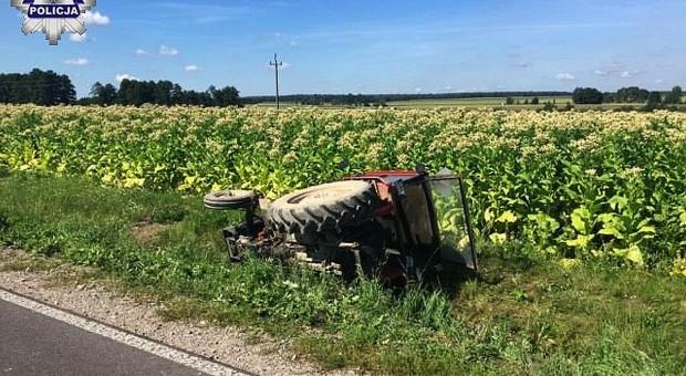 Kierowca się zagapił, ciągnik się przewrócił
