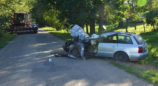 Audi wjechało w kombajn, zginęła nastolatka