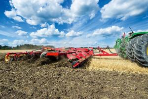 Aby po żniwach szybko przygotować glebę pod kolejne zasiewy, np. rzepak po zbożach lub pszenicę po kukurydzy, coraz więcej dużych gospodarstw, upraszczając uprawę, nie stosuje orki, a wykorzystuje złożone agregaty uprawowe, tak aby cały zestaw uprawek wykonać za jednym przejazdem