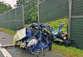 Samochód osobowy został doszczętnie rozbity.