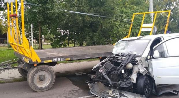 Zderzenie busa z ciągnikiem rolniczym