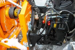 W wyposażeniu fabrycznym ciągników Steyra przeznaczonych do prac komunalnych mogą się znaleźć m.in. ujednolicone przyłącze do narzędzi, specjalne ogumienie, odpowiednie reflektory i typowy dla nich pomarańczowy lakier. W przypadku przyłącza Steyr zaprezentował np. ramę z przejściówką do systemu Euro III o udoskonalonej konstrukcji i stabilności. Konstrukcja jest łączona śrubami bez sworzni, a dzięki trzem długościom – 210 mm (standardowo), 330 mm i 450 mm – jest przystosowana do podłączenia wszystkich powszechnie stosowanych doczepianych narzędzi. Ponadto płyta przejściowa może z łatwością i szybko zostać przezbrojona pod kątem stosowania przedniego układu hydraulicznego – służy do tego sztywna konstrukcja łączona śrubami lub podwieszany uchwyt. W ten sposób na zaczepie 3-punktowym można używać nawet trzech narzędzi podłączanych z przodu