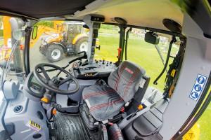 W kabinie ciągnika Steyr 4120 Multi Ecotech pojawiły się nowe elementy wpływające na jeszcze wyższy komfort pracy. W zakresie przeniesienia napędu producent wprowadził funkcję S-Stop umożliwiającą zatrzymanie się i ruszanie wyłącznie z użyciem nożnego hamulca