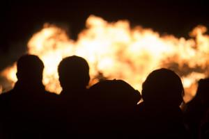 67-latek chciał ugasić pożar trawy łopatą