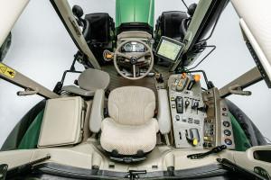 Kabina Johna Deere'a jest 6-słupkowa. Panel sterowania w 6M to klasyka znana z poprzednich generacji ciągników serii takich, jak choćby 6030. Nie sposób jednak zarzucić mu jakichkolwiek braków pod względem ergonomii
