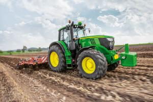 John Deere 6195 M jest ciekawą alternatywą dla rolników szukających nieco mniej skomplikowanych traktorów niż maszyny z serii 6R