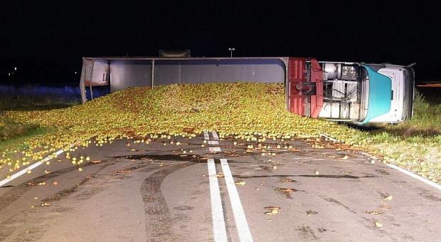 Kierowca w szpitalu, jabłka zablokowały drogę