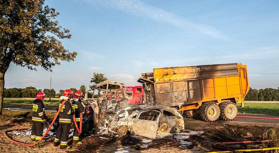 Traktor i samochód po zderzeniu stanęły w płomieniach
