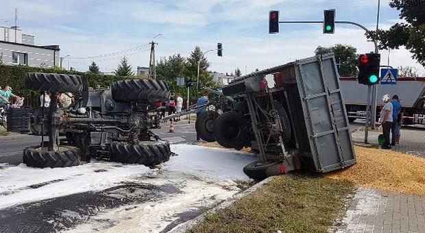 Wywrócił się traktor – kukurydza na jezdni