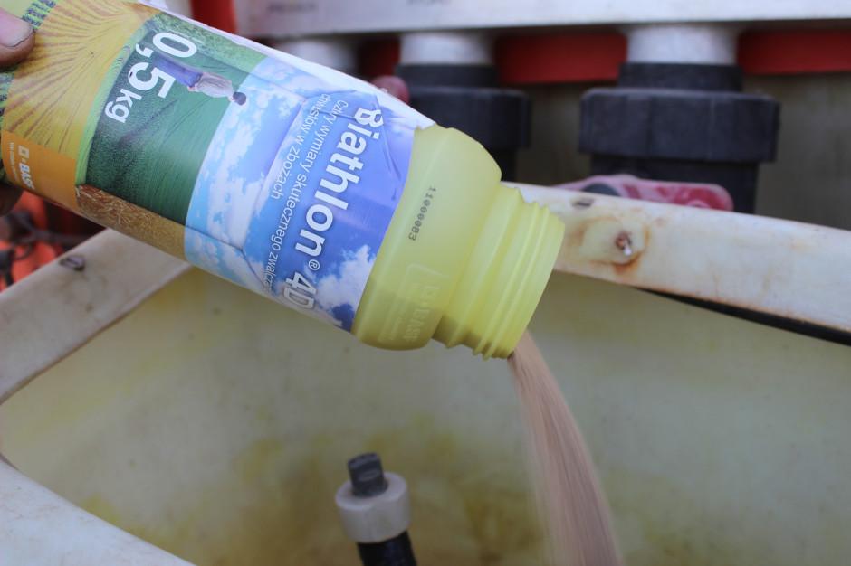 Biathlon 4D to herbicyd w formie sypkiego granulatu – dość łatwo rozpuszcza się w wodzie)