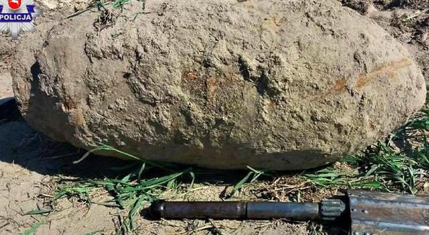 Rolnik wyorał na polu bombę lotniczą