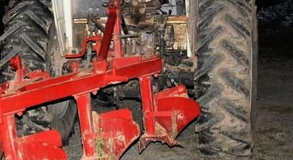 Naprawiał pług i wpadł pod traktor