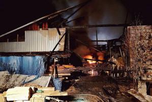 Ogień pojawił się najpierw w budynku suszarni i szybko przeniósł na magazyn.
