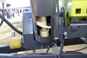 Dzięki okienku rewizyjnemu umiejscowionemu u nasady rury wyładowczej można łatwo oczyścić ją z resztek nasion, co jest istotne w przypadku transportu materiału siewnego, fot. mw