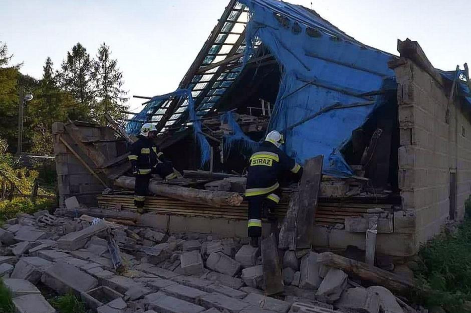 Poszkodowanego gospodarza wydobyli spod gruzów strażacy