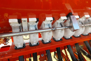 Siewnik posiada dzielone kółka wysiewające do zbóż i nasion drobnych, np. rzepaku