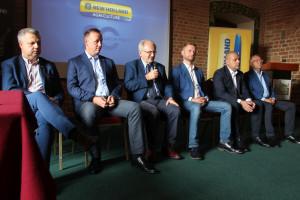 Przedstawiciele New Hollanda podczas konferencji prasowej z okazji 20-lecia marki w Polsce. Na zdjęciu od lewej: Krzysztof Melon, Łukasz Chęciński, Józef Dębski, Marek Bączyk, Piotr Wiak i Adam Sulak
