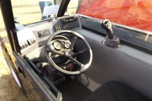 Kabina jak na tak niedużą maszynę zapewnia sporo miejsca dla operatora