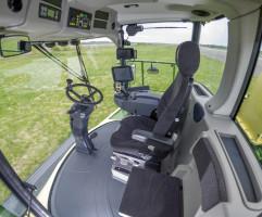 Wnętrza kabin sieczkarni Krone Big X są przestronne i oferują dobrą widoczność. Parametry pracy maszyny można śledzić na czytelnym, dotykowym terminalu