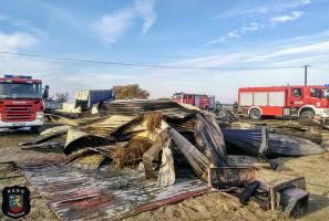 Strażacy musieli rozebrać zniszczony w pożarze dach, by skutecznie ugasić pogorzelisko